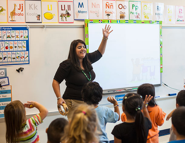 EMU graduate Camila Pandolfi leads Spanish class at Waterman Elementary in Harrisonburg, Va.